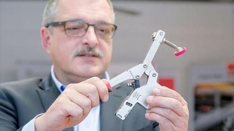Raffiniert: Rainer Steinle zeigt die patentierte Funktion. Foto: Mierendorf