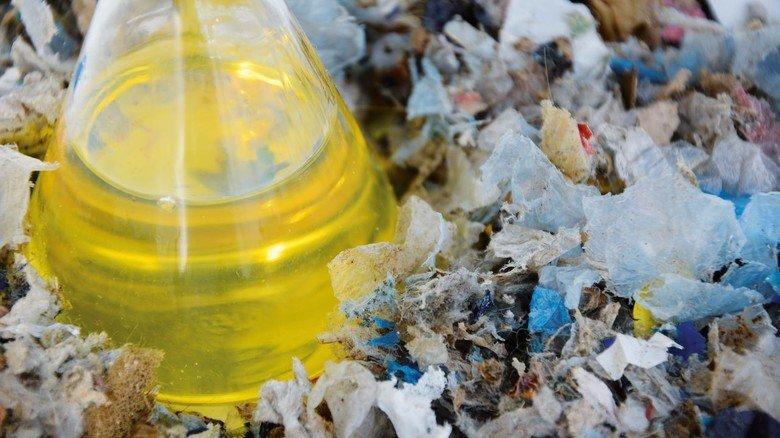 Goldfarbenes Öl: Die aus Plastikmüll gewonnene Flüssigkeit dient dem Chemieunternehmen BASF in Ludwigshafen bald als Rohstoff für die Produktion.
