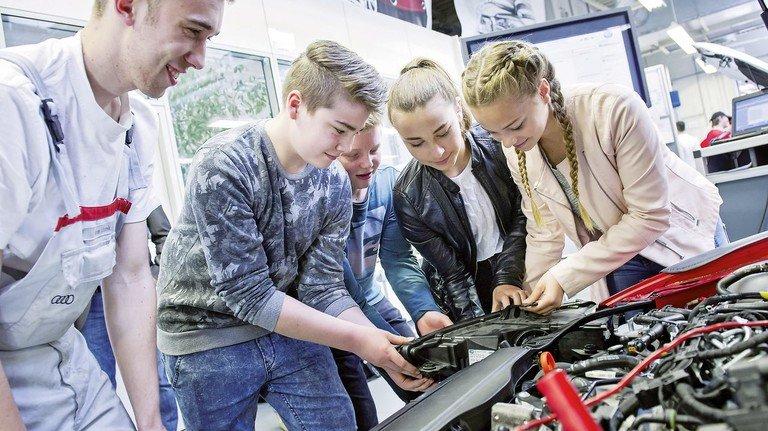 Guter Einblick: Ausprobieren steht in dem Projekt zur Berufsorientierung im Mittelpunkt – wie hier in der Lehrwerkstatt von Audi.