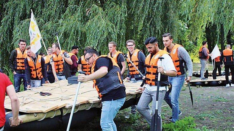 Gemeinsam anpacken, auch beim Azubi-Ausflug: Jetzt geht es mit dem Floß aufs Wasser. Foto: Werk