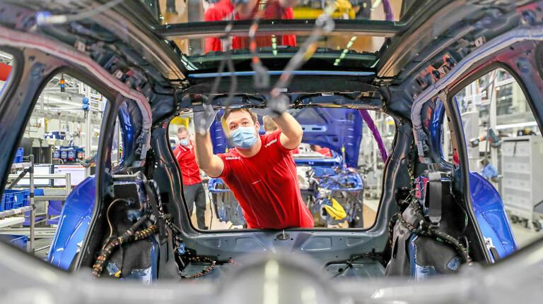 Kostensteigerungen stoppen: Die Hersteller von Kraftfahrzeugen und Kraftfahrzeugteilen stehen aktuell unter besonderem Druck.