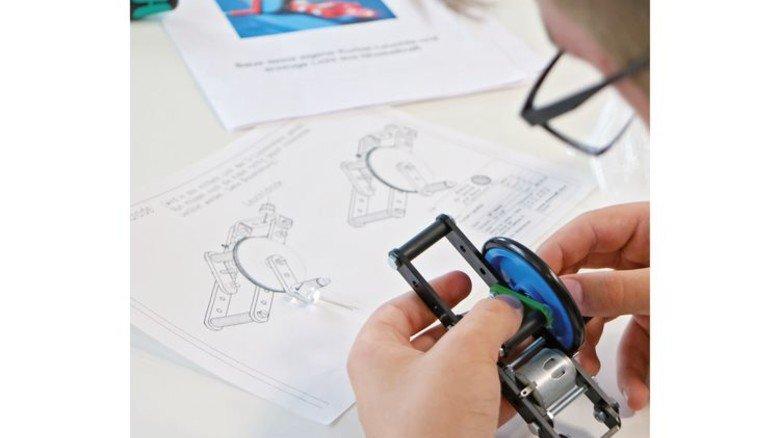 Genau hinschauen: Bei dem MINT-Experiment haben die Kids beiim Stahlunternehmen Friedr. Lohmann einiges hinzugelernt. Foto: Higo
