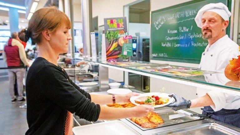 """""""Das Essen hier bringt mich auch auf neue Ideen für zu Hause"""": Corina Penterling kocht so manches Rezept aus der Roche-Kantine nach."""