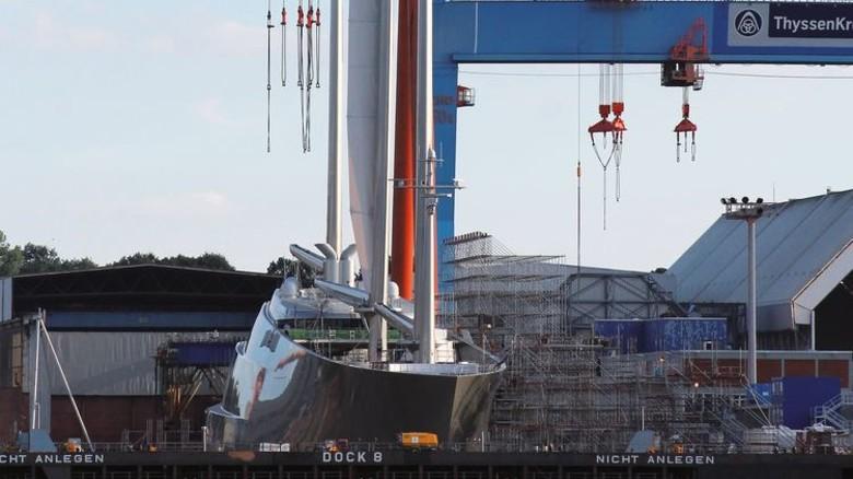 Beeindruckend: Der futuristische Dreimaster hat eine Länge von über 140 Metern und einen Tiefgang von bis zu 8 Metern. Foto: dpa