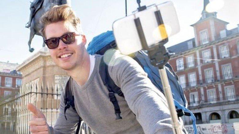 Bitte lächeln: Ein Selfie in Madrid kommt auf Facebook bestimmt gut. Foto: Fotolia