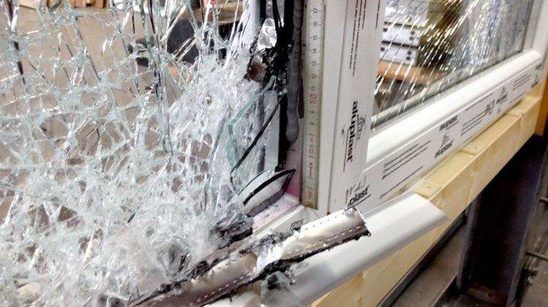 Kein Durchkommen: Das Glas splittert, sitzt aber fest im Flügel. Foto: Werk