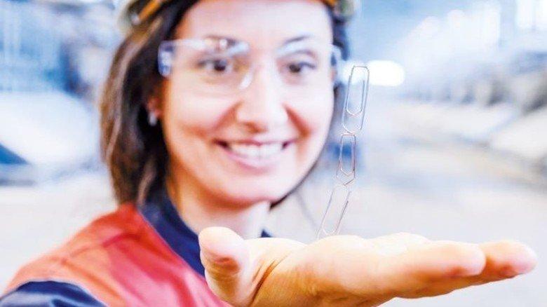 Svetlina Ilieva: Die Ingenieurin zeigt mit dem Büroklammer-Wunder das Prinzip der stromintensiven Produktion. Foto: Roth
