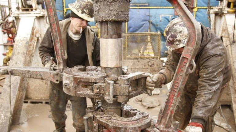 Anstrengender Job: Ölarbeiter bereiten bei einem Bohrloch im US-Staat Kansas das Fracking vor. Foto: Imago