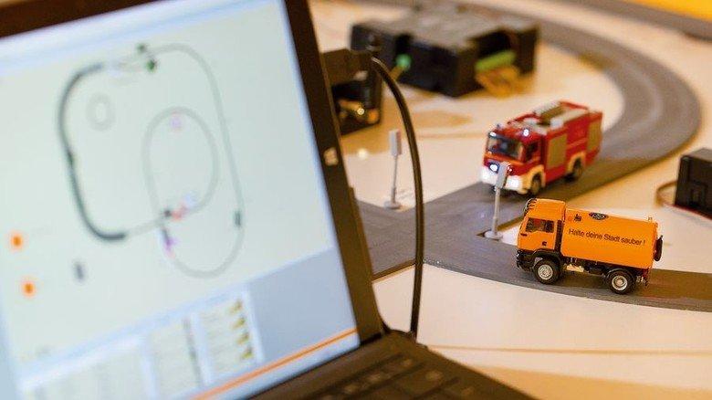 """Auch ein Faller-Produkt: Beim """"Car System Digital"""" fahren Miniatur-Fahrzeuge satellitengesteuert über die Straßen. Foto: Eppler"""