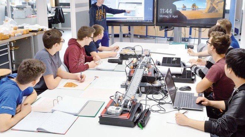 Lernen im Team: Azubis beim Bau einer automatischen Mini-Sortieranlage für einen Info-Tag. Foto: Scheffler