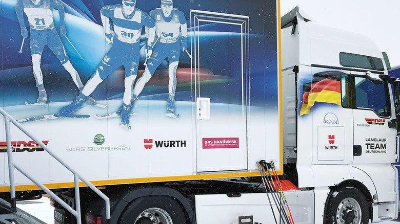 Treuer Begleiter: Der Sattelzug parkt direkt neben der Wettkampfstätte. Foto: DSV