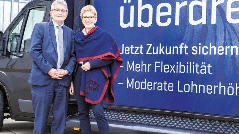 Offensiv: Hauptgeschäftsführer Bertram Brossardt und Verhandlungsführerin Angelique Renkhoff-Mücke in Schweinfurt. Foto: vbm
