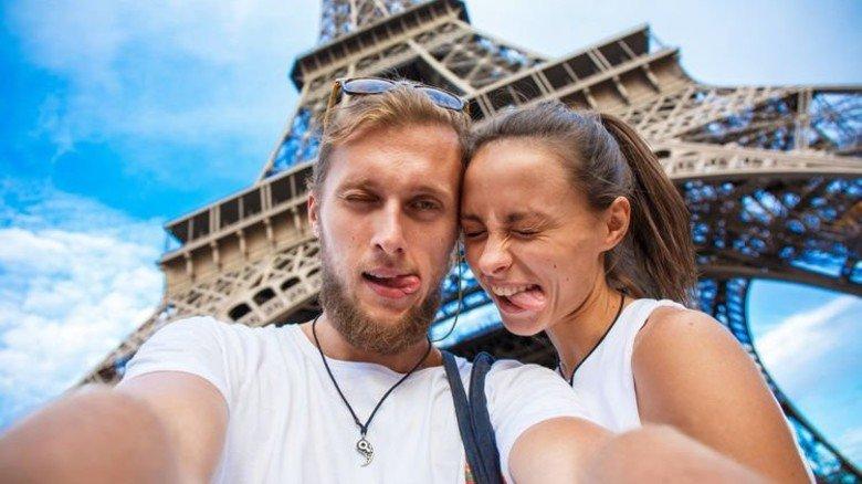 Junges Paar in Paris: So ein Selfie geht in Ordnung – aber nur tagsüber! Foto: Fotolia