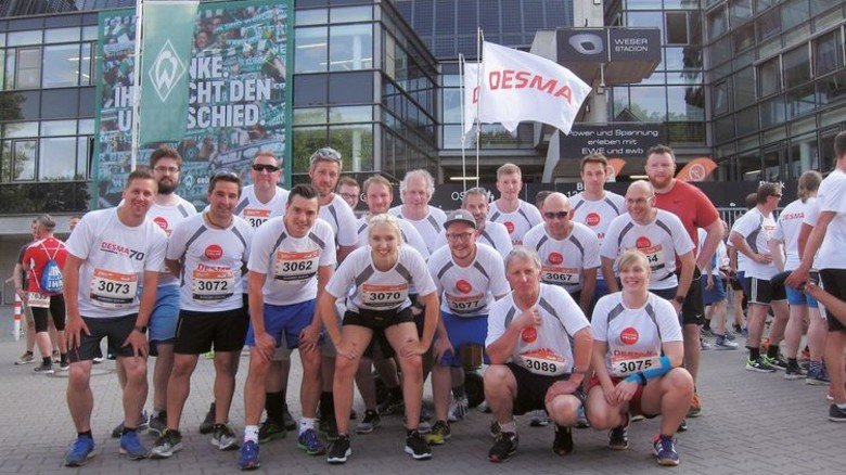 """Schnelle Truppe: Die Läufer von Desma vor dem Start des """"B2Run"""" in Bremen. Foto: Werk"""