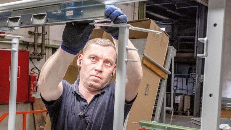 In der Montage: Sergej Kremer baut eine Liegefläche zusammen. Foto: Roth