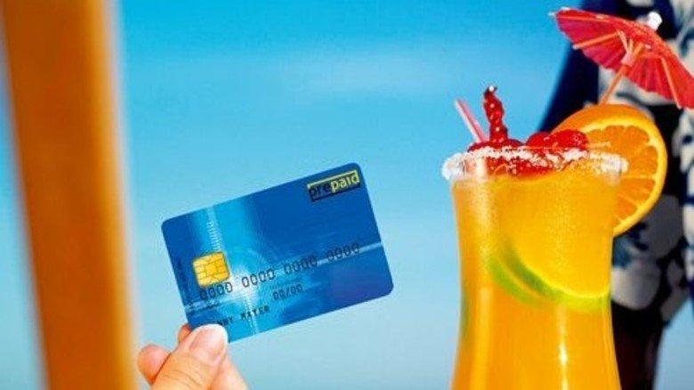 Kühler Drink, cool bezahlt: Die Rechnung bleibt trotzdem überschaubar. Foto: Getty