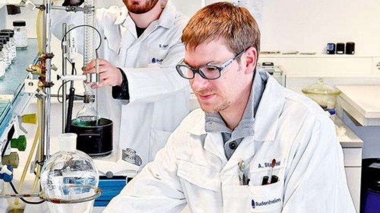 Das Ziel vor Augen: Simon Horn (hinten) und Alexander Staffeld im Budenheimer Labor. Foto: Sandro