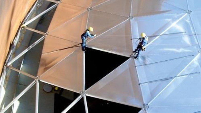 Weit oben: Das Team schraubt die dreieckigen Teile zusammen. Foto: Werk