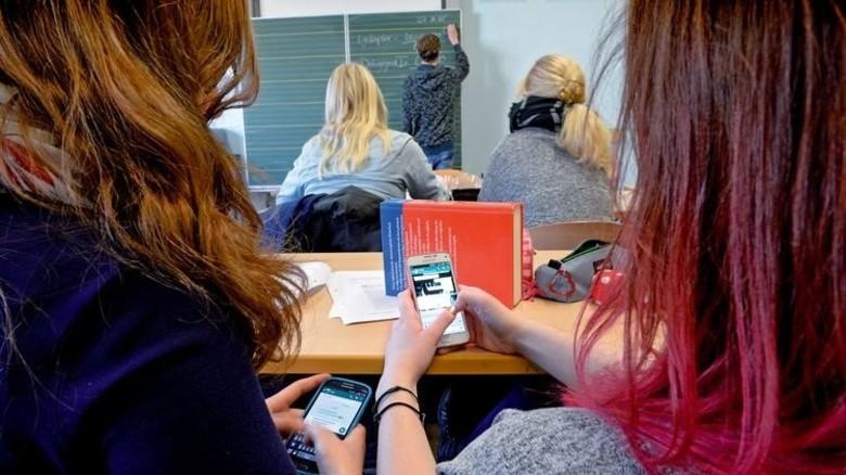Nur daddeln? Mit dem Handy können Schüler auch recherchieren und Sprachen lernen. Foto: Funke