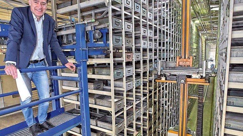 Alles im Blick: Heinrich Weiß inspiziert das automatische Kastenlager. Foto: Sandro