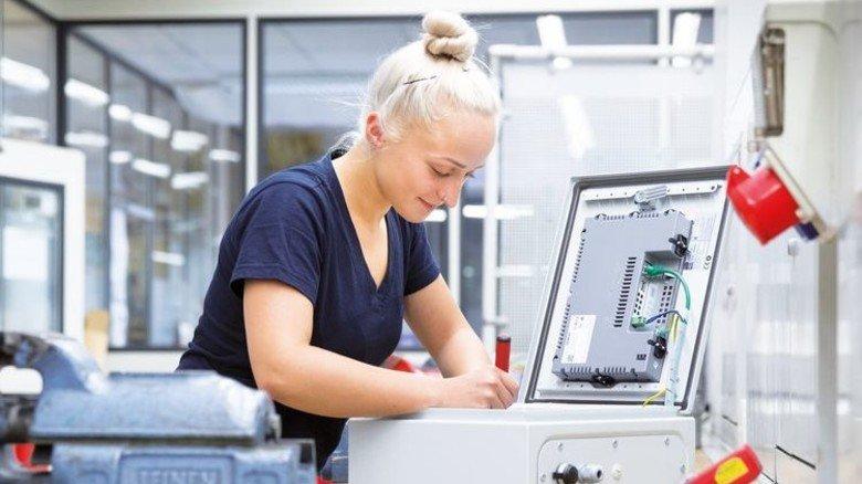Knifflig: Jung-Facharbeiterin Jessica Zirkwitz repariert einen Schaltschrank. Foto: Eppler