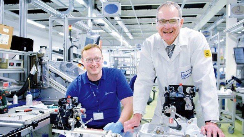 Im Fachgespräch: Ulrich Raab (rechts) und Industriemechaniker Darijo Kozic, der das Auslassventil eines Kabinendrucksystems für eine Boeing 787 montiert. Foto: Scheffler