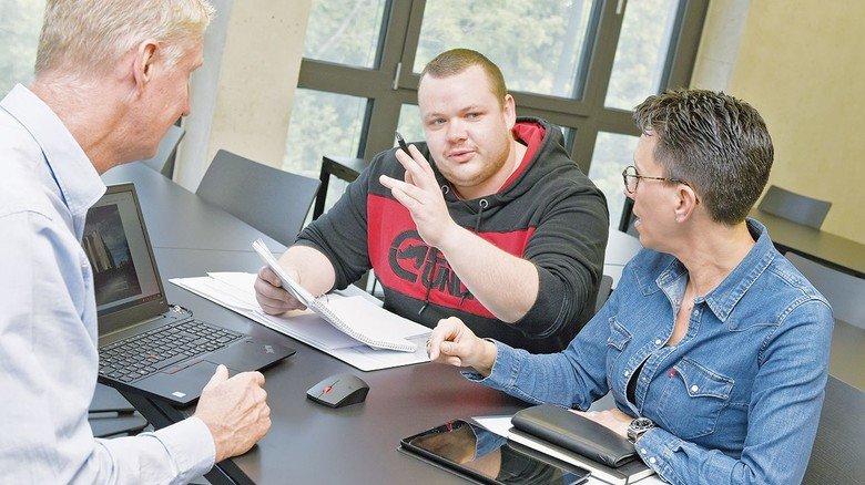 Drücken noch mal die Schulbank: Die beiden Seminarteilnehmer mit Wolfgang Schmedders von der Textilakademie NRW in den modernen Schulungsräumen.