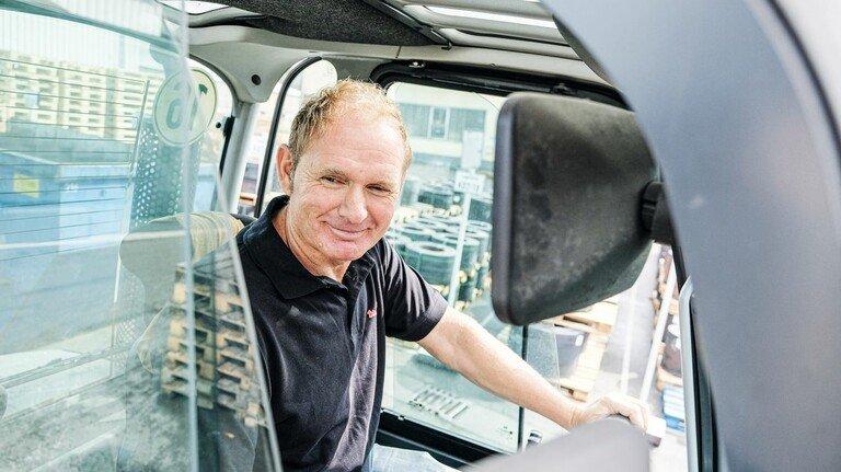Bei Dirostahl: Martin Grünert arbeitet schon seit 37Jahren in dem Remscheider Unternehmen – und übt dabei so manchen  Song ein.