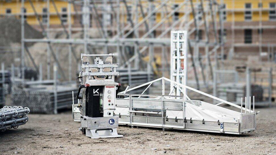 Mit Akku: Der Liftbot von Kewazo hilft beim Aufbau des Gerüsts.
