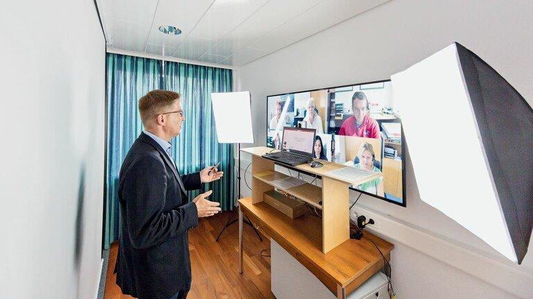 Online-Seminar im Bildungshaus Bad Nauheim: Modernste Technik schafft Verbindung über Orts- und Werkgrenzen hinweg.