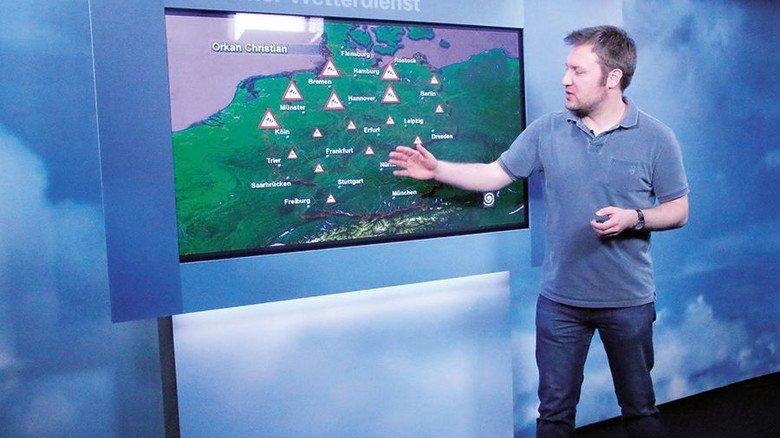 Ernorm volksnah: Meterologe Lars Kirchhübel im hauseigenen TV-Studio. Foto: DWD