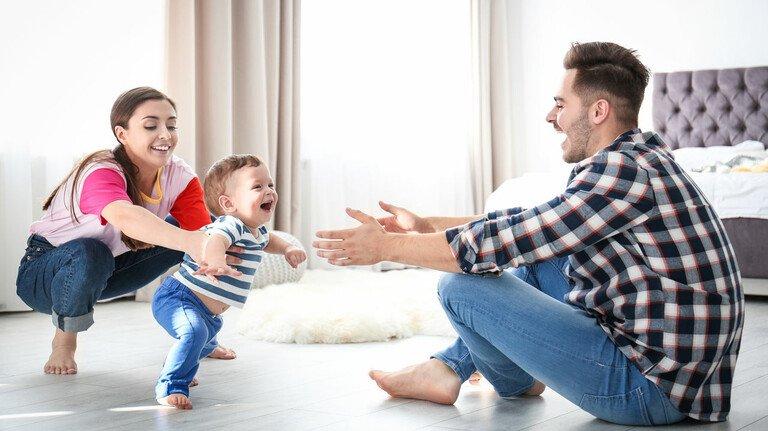 Ja, trau dich – komm zu Papa! Die Zeit mit kleinen Kindern ist stets sehr wertvoll.