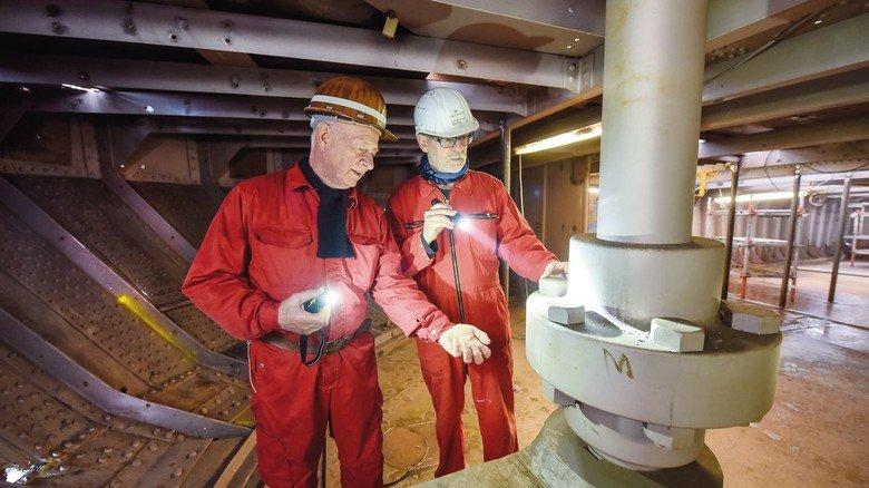 """Segelschiff-Experten: Joachim Kaiser (links) und Jens Marjanczik an der Ruderwelle im Heckbereich der """"Peking""""."""