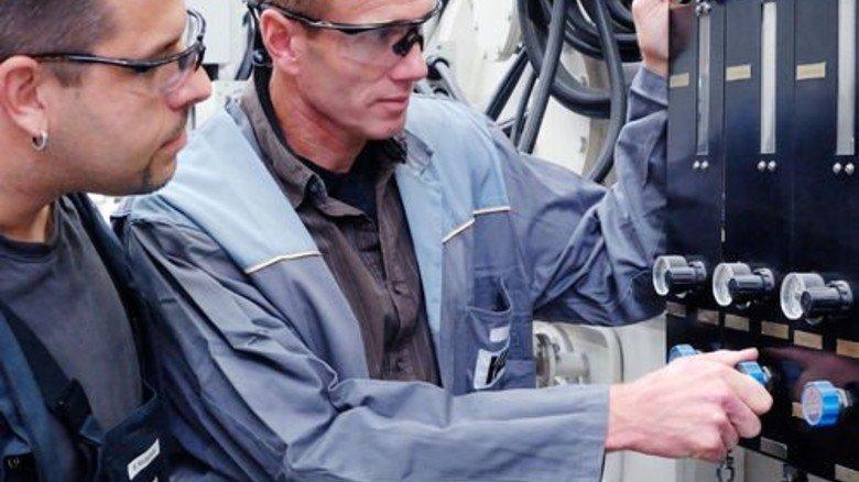 Meister Stefan Eckrich (rechts): Er erklärt Marco Niedermeier die Steuerungstechnik. Foto: Scheffler