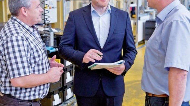 Guter Kontakt: Badum (Mitte) im Gespräch mit Mitarbeitern der Herzogenauracher Fertigung. Foto: Karmann