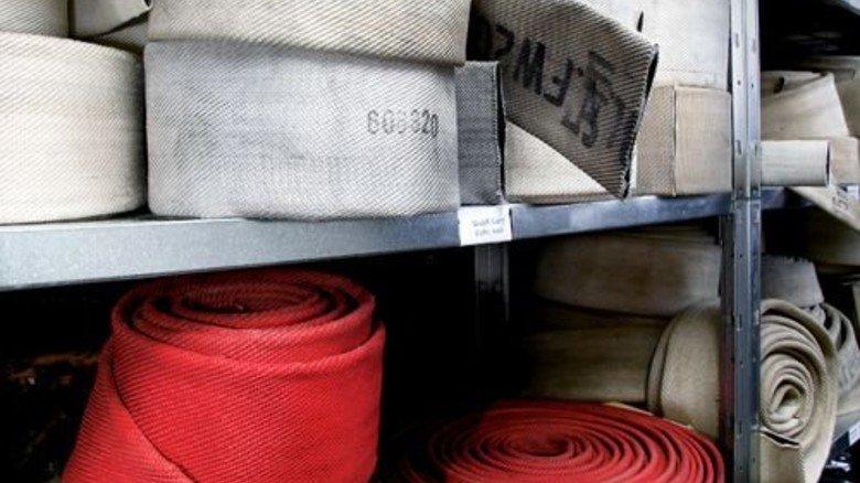 Rohstoff für  Designer: Zum Beispiel ausrangierte Feuerwehrschläuche. Foto: Feuerwear
