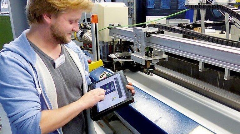 Kontrolle übers Tablet: Die Forscher testen ihre Systeme auch im Technikum der RWTH Aachen. Foto: ITA