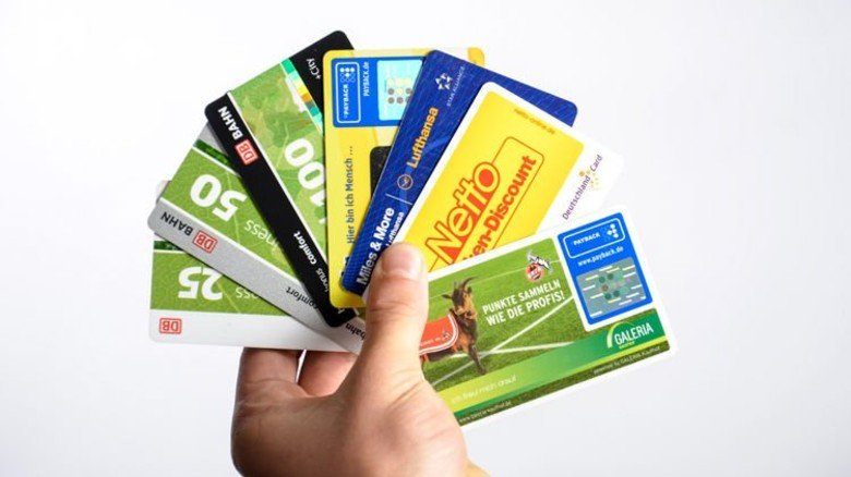 Mal knallgelb, mal mit Maskottchen: Die Karten passen gut ins Portemonnaie. Foto: Roth