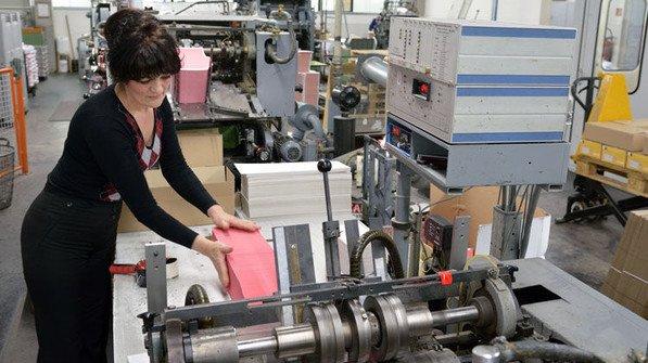 Fertig: Biljana Namjesnik entnimmt Briefumschläge aus der Maschine. Foto: Scheffler