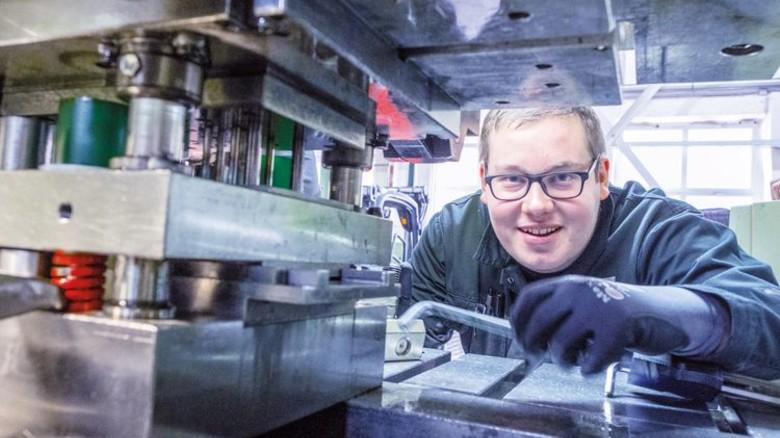 """Metaller-Azubi Erik Wroblewski: """"Schön zu sehen, wie aus einem Coil am Ende ein Beschlag rauskommt."""" Foto: Roth"""