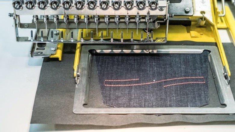 Verzierte Gesäßtasche: Die Maschine übernimmt die Arbeit. Foto: Roth