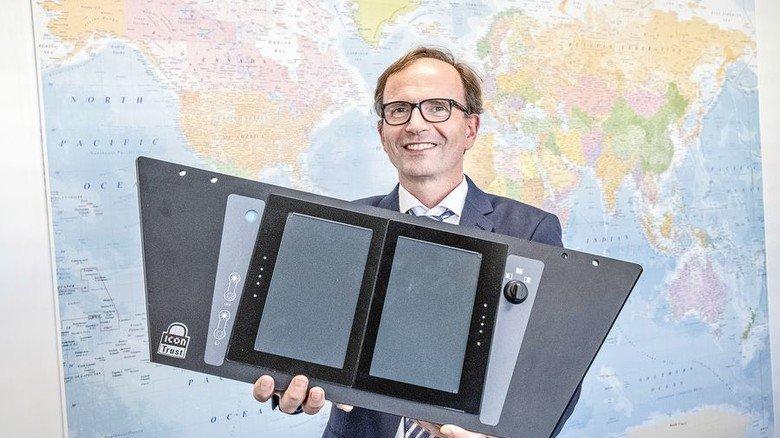 Der Chef: Rudolf Ganz mit einem kompletten Modul für den Führerstand. Foto: Roth