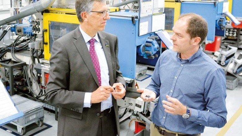 Teilefertigung: Torben Seipp, Abteilungsleiter Kunststofffertigung, und Arno Roth (links). Foto: Scheffler