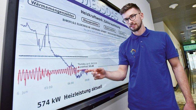 Zielstrebig: Nico Köhler speist alle relevanten Daten in das Info-System ein, das man auf den Gängen des Unternehmens sieht.