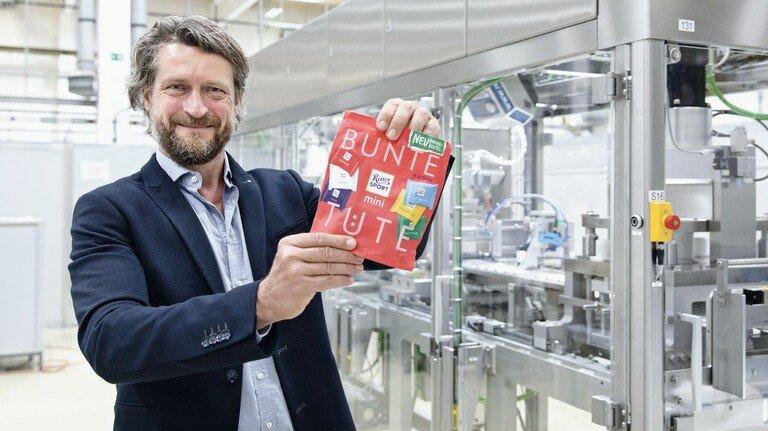 Er freut sich über seinen Beitrag zur Müllvermeidung: Torsten Sauer, Leiter Nachhaltigkeit beim Maschinenhersteller Syntegon.
