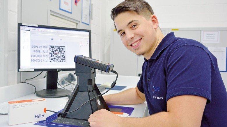 Bei der Kontrolle: Packmitteltechnologe Giuseppe Di Mauro überprüft die Lesbarkeit eines Codes.