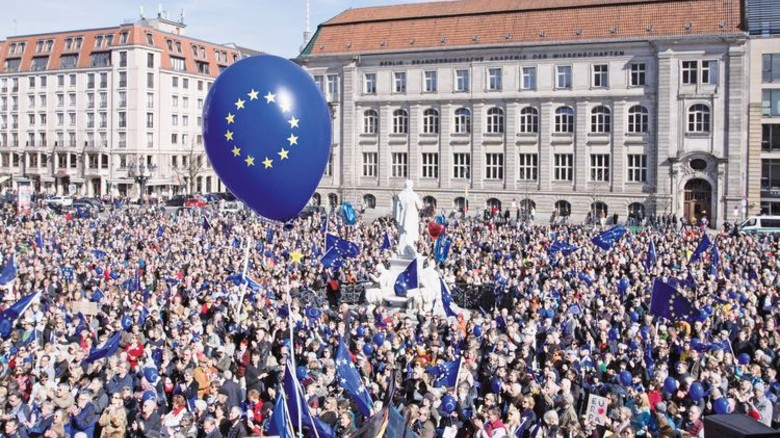 """Pulse of Europe""-Demo in Berlin: Im Frühjahr zeigten besonders viele Menschen Flagge. Foto: dpa"