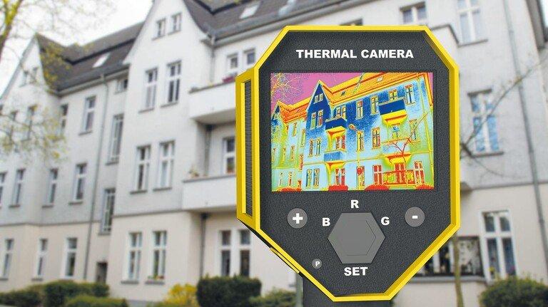 Durchschaut: Die Aufnahme der Wärmebildkamera zeigt, an welchen Stellen am Gebäude wertvolle Energie verloren geht.
