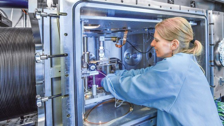 Vorarbeit: Chemikerin Katerina Dörner an einer Experimentier-Station. Foto: Augustin