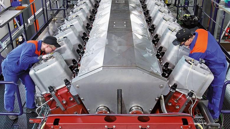 Kontrolle: Auf einem Prüfstand von Caterpillar in Warnemünde wird ein Gasmotor für Tests vorbereitet.